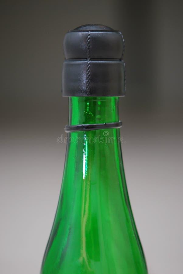 Grüne Glasflasche lizenzfreies stockbild