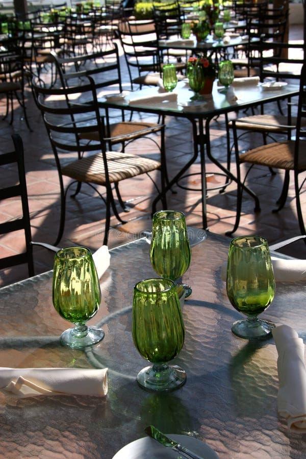 Grüne Glaswaren im im Freienkaffee stockfoto