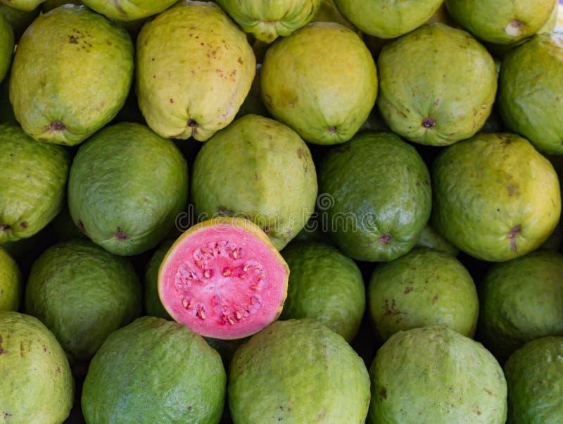 Grüne Guave oder rosa Guavenschaukasten für Verkauf an der angemessenen, Frischware und an den Reichen im Vitamin A stockfotos