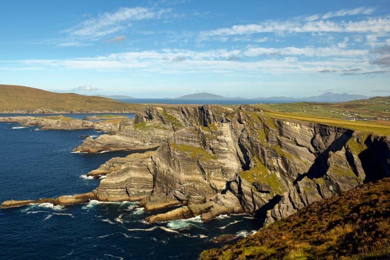 Grüne hügelige Küste und Insel in Irland auf den atlantischen coastKerry Klippen Portmagee Ring von Kerry irland stockfotos