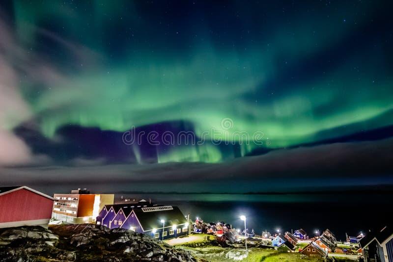 Grüne, helle Lichter im Norden, versteckt durch die Wolken über dem Dorf Inuit am Fjord, Nuuk Stadt, Grönland lizenzfreie stockfotografie