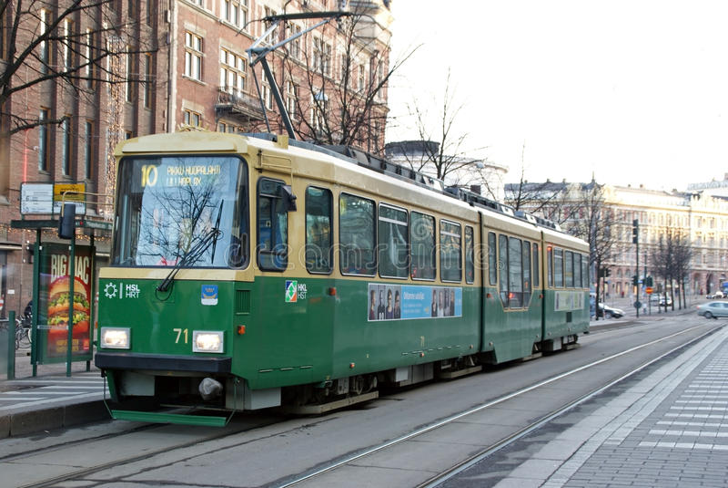 Grüne HSL-Tram keine 10 in Helsinki, Finnland lizenzfreie stockbilder