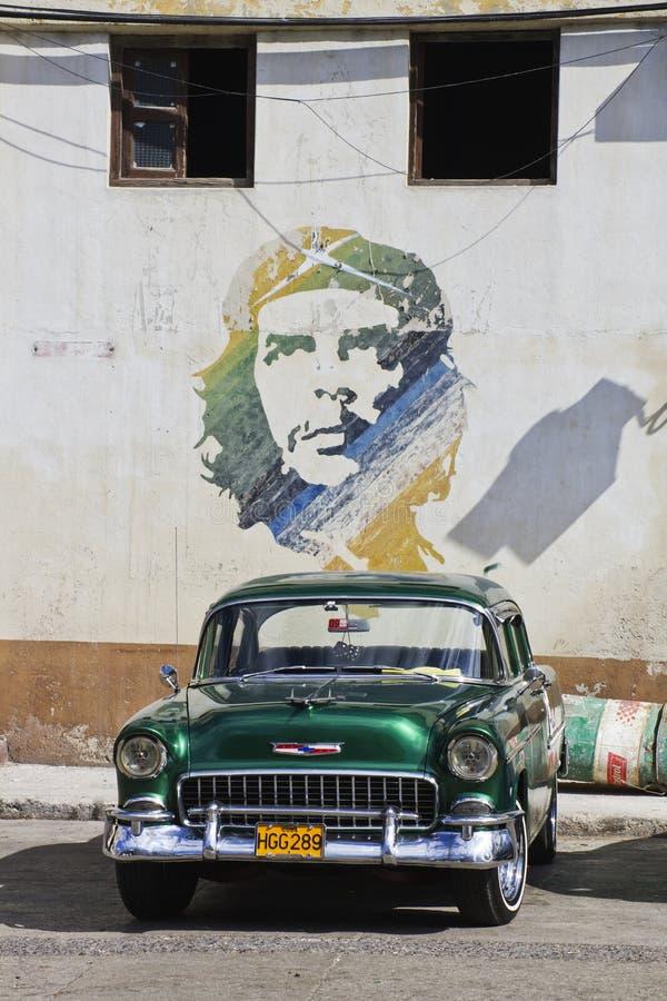 Grüne klassische kubanische Auto- und Che-Malerei stockbild