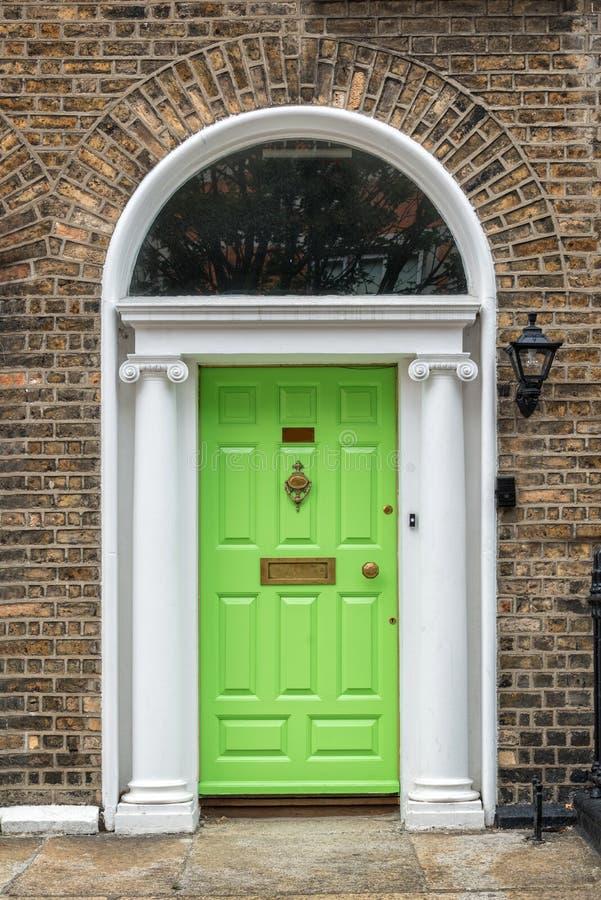 Grüne klassische Tür in Dublin, Beispiel der georgischen typischen Architektur von Dublin Ireland stockbilder