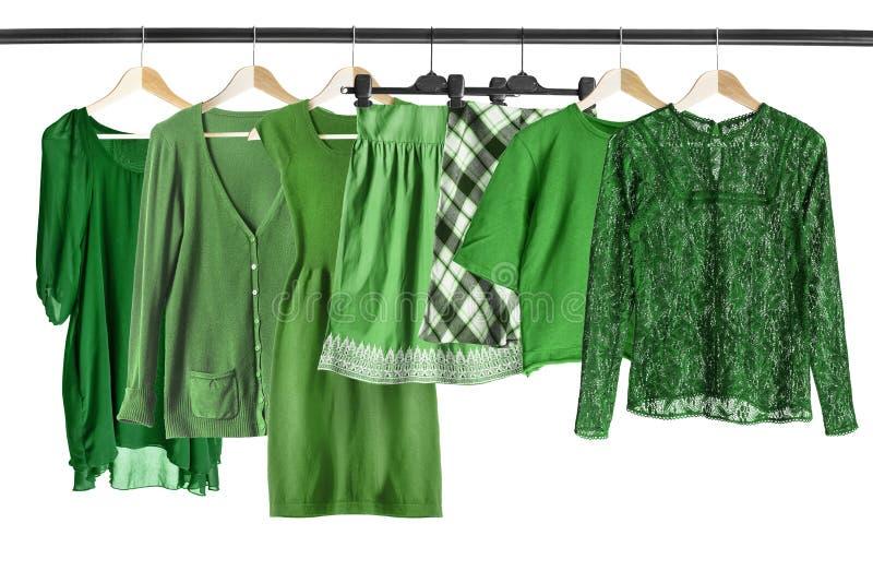 Grüne Kleidung auf Kleiderständer lizenzfreies stockfoto