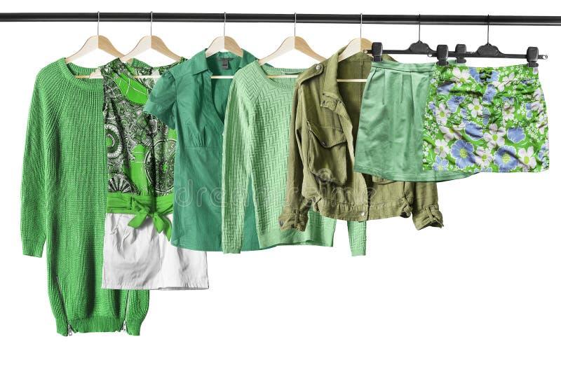 Grüne Kleidung auf Kleiderständern stockbild