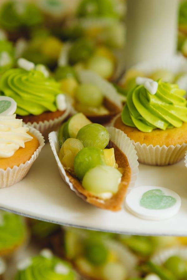 Grüne kleine Kuchen lizenzfreies stockfoto