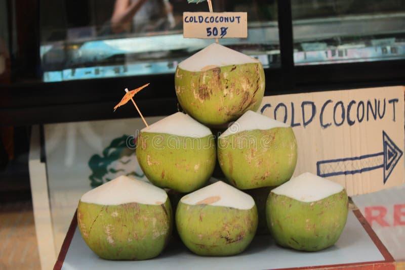 Grüne Kokosnüsse für Verkauf lizenzfreie stockbilder