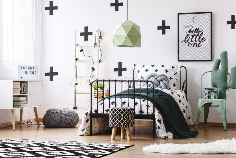 Grüne Lampe im verrückten Schlafzimmer lizenzfreie stockbilder