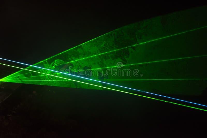 Grüne Laserstrahlen stockfoto