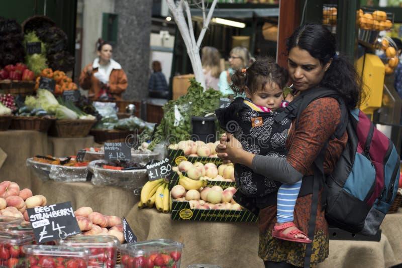 Grüne Lebensmittelgeschäfte einschließlich die Salats, Roter und Gelber Pfeffer der Tomaten, des Kopfsalatim verkauf an Gemüse kl stockfoto