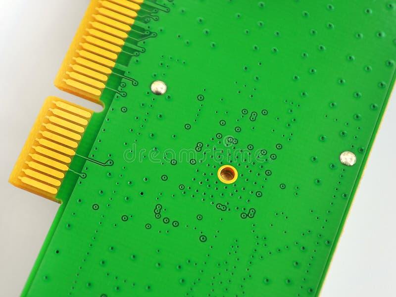 Grüne Leiterplatte mit goldenen Verbindungsstücken auf weißem Hintergrund Ð-¡ oncept der ElektronenrechenanlageGerätetechnik stockfotos