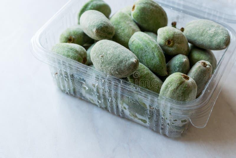 Grüne Mandel-Nuss trägt im Plastikkasten/im Behälter Früchte lizenzfreies stockfoto