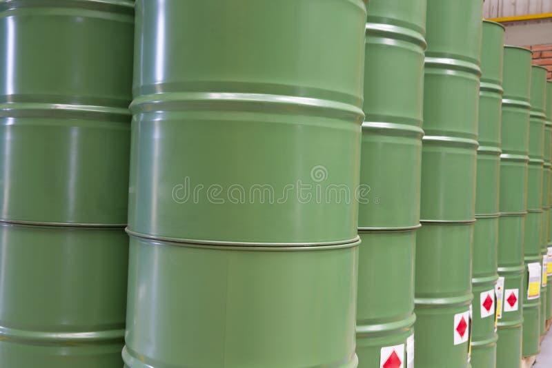Grüne Metallfässer stockfotografie