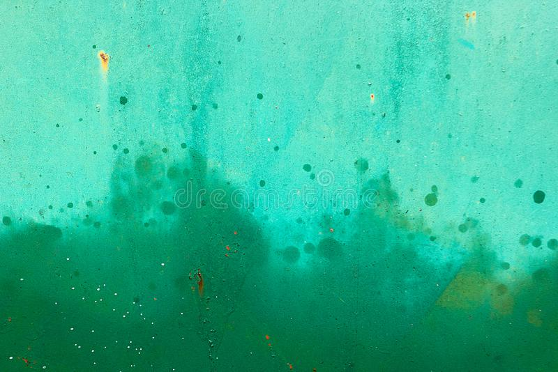 Grüne Metalllackoberfläche mit Sprühfarbe Beschaffenheit des Hintergrundes lizenzfreie stockfotografie
