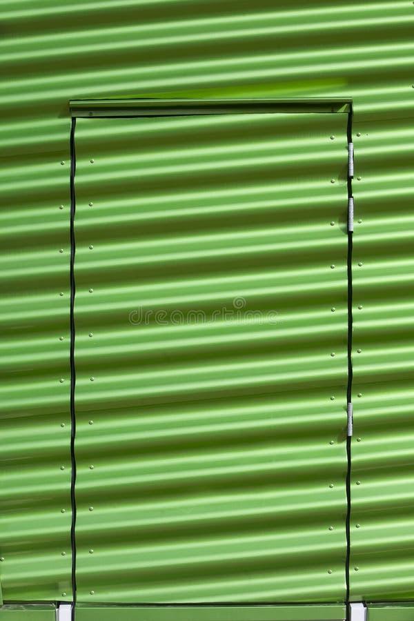 Grüne Metalltür stockfotografie