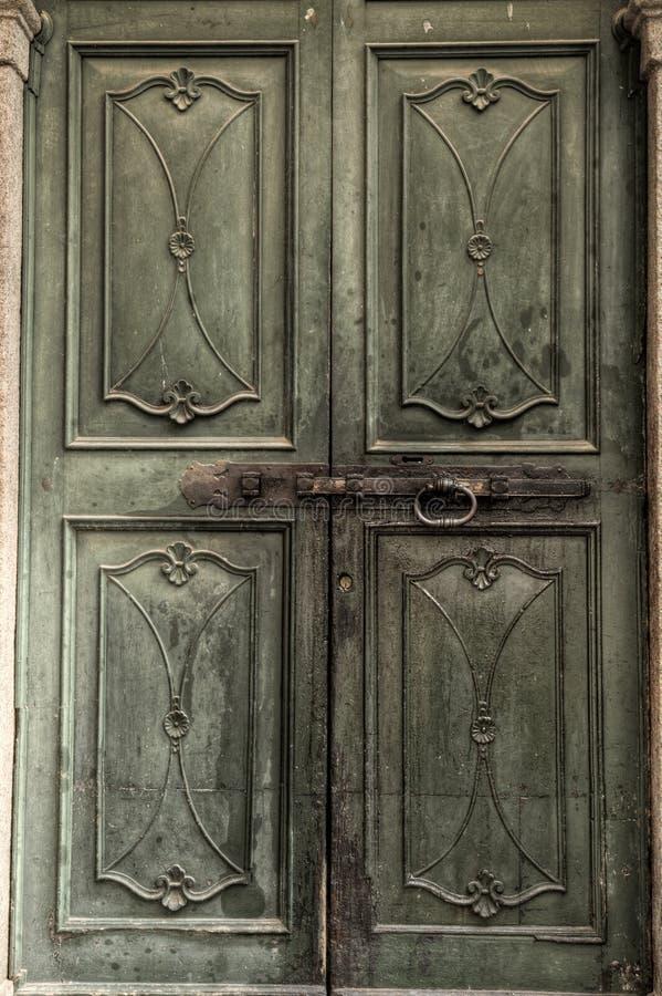 Grüne mittelalterliche Tür stockfotografie