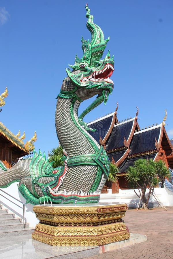 grüne Nagastatue im Tempel, Chiangmai stockfotografie