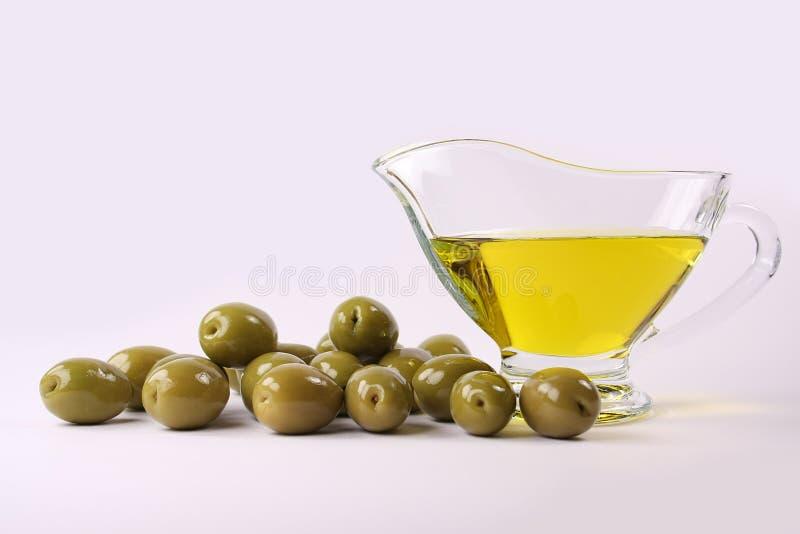Grüne Oliven und Schmieröl stockbild