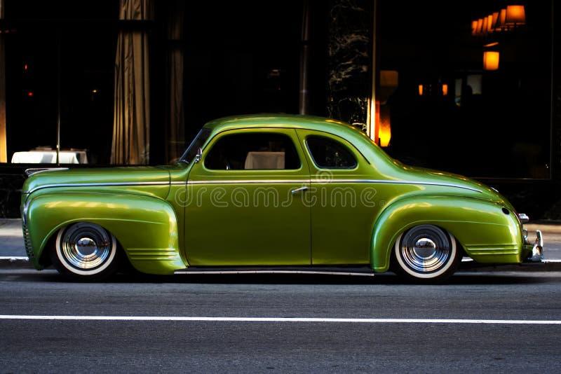 Grüne Plymouth-deluxe Kupee-Stadt stockfotos