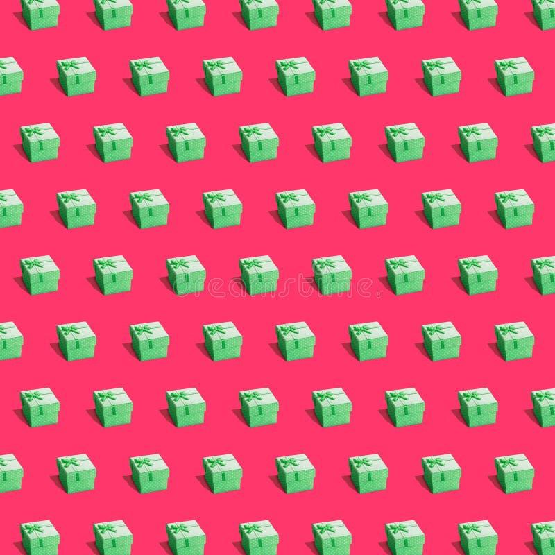 Grüne Präsentkartons auf tiefrotem Hintergrund stockfotos