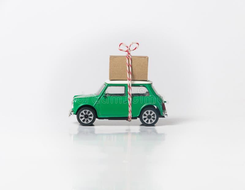 Grüne Reiseautoseite auf Weiß stockfoto