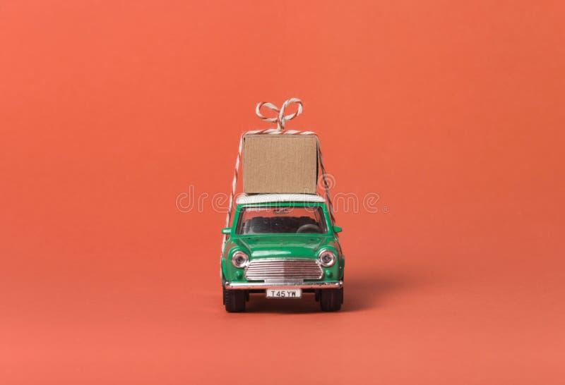 Grüne Reisespielzeug-Autoseite stockbilder