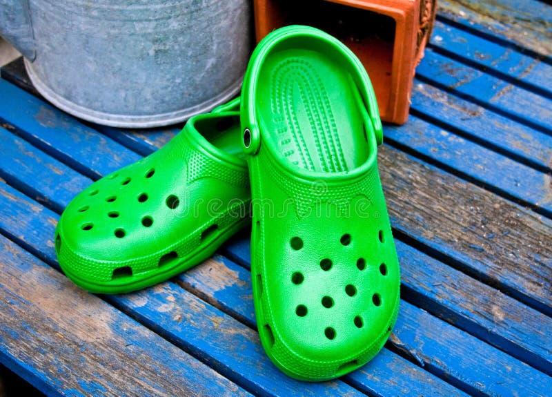 Grüne Schuhe auf der Promenade lizenzfreie stockfotografie