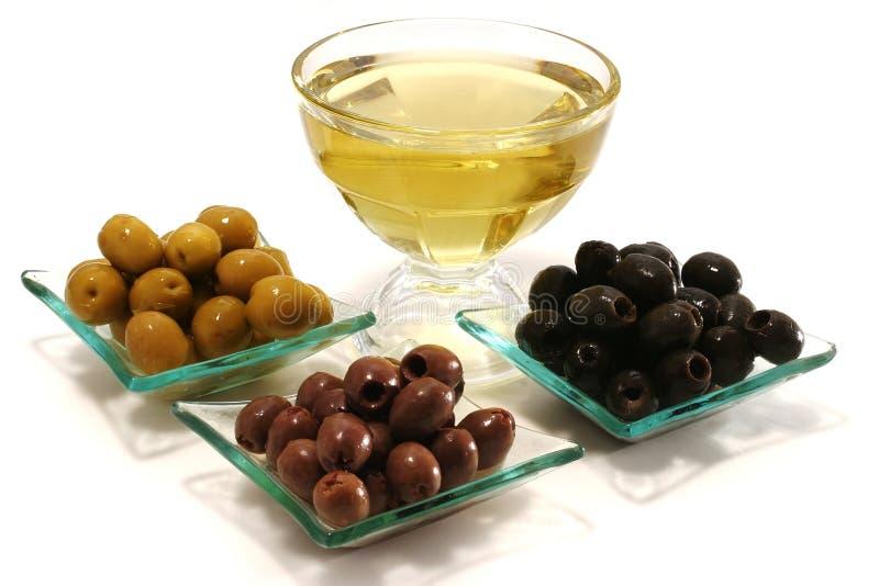 Grüne, schwarze und braune Oliven stockfoto