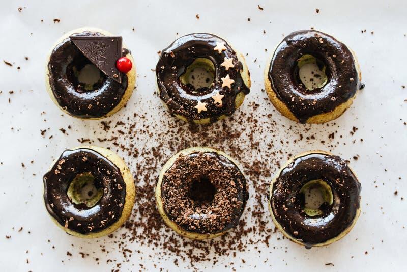 Grüne selbst gemachte Schaumgummiringe von matcha Tee mit Schokoladenzuckerglasur und Dekoration von den Sternen und von der Scho stockfoto