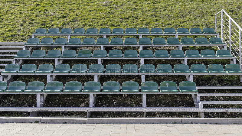 Grüne Sitze des Stadions lizenzfreies stockbild