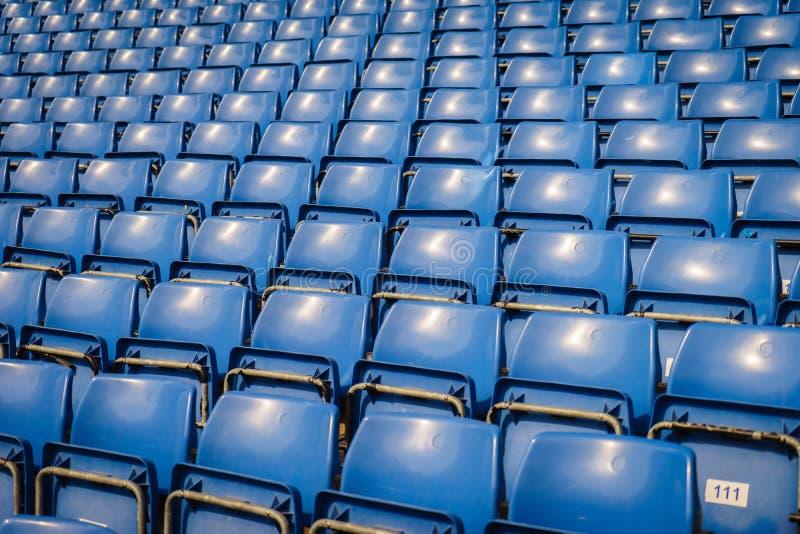 Grüne Sitze des Stadions lizenzfreie stockfotos