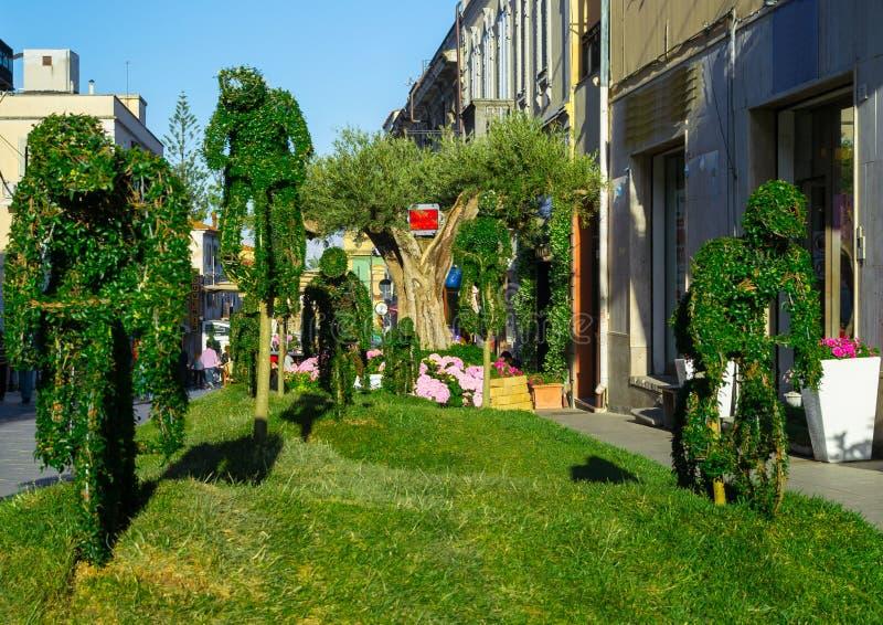 Grüne Skulpturen im Garten lizenzfreie stockfotografie