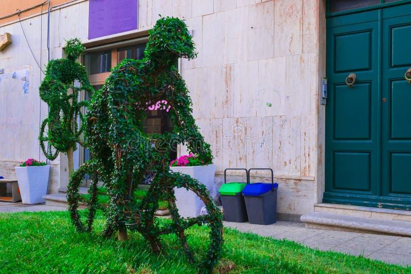 Grüne Skulpturen im Garten lizenzfreies stockfoto