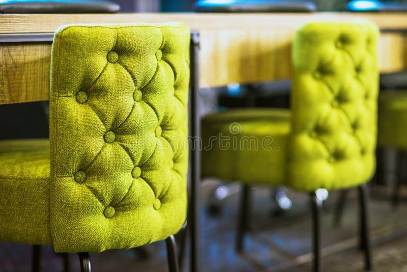Grüne Stühle stockfotos