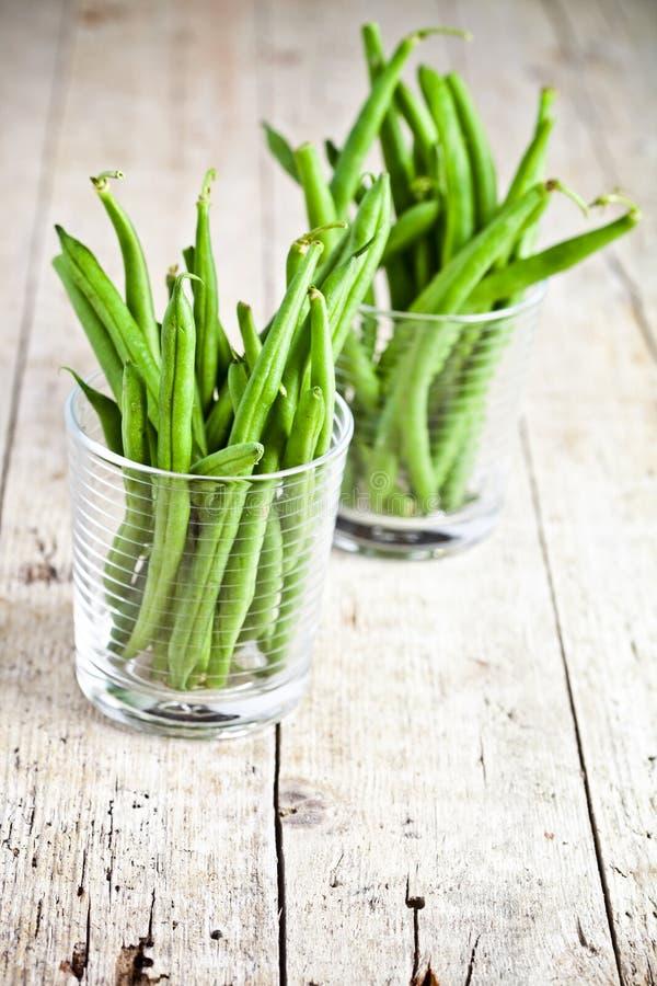 Grüne Stangenbohnen in den Gläsern stockbilder