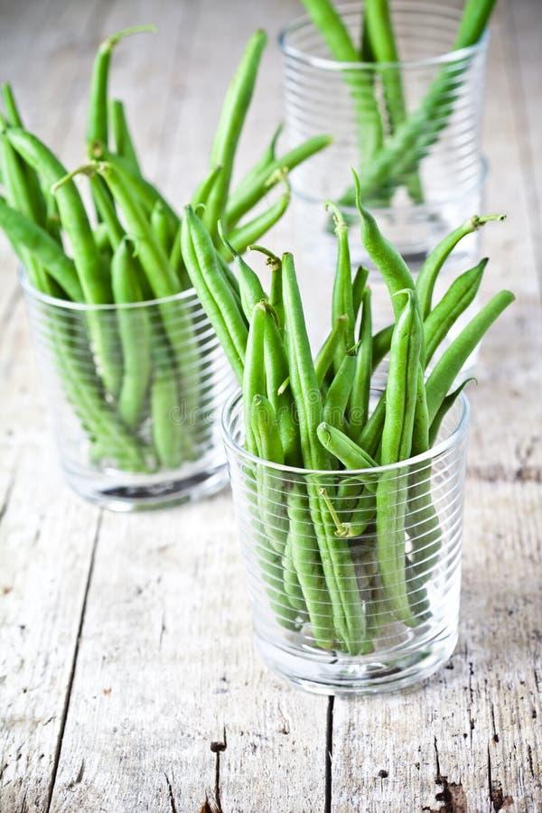 Grüne Stangenbohnen in den Gläsern stockbild