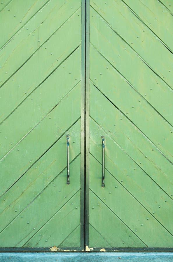 Grüne Tür eines Gebäudes lizenzfreie stockfotografie