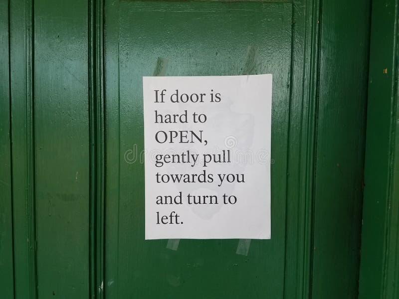 Grüne Tür mit Anweisungen, wie man öffnet lizenzfreie stockfotografie