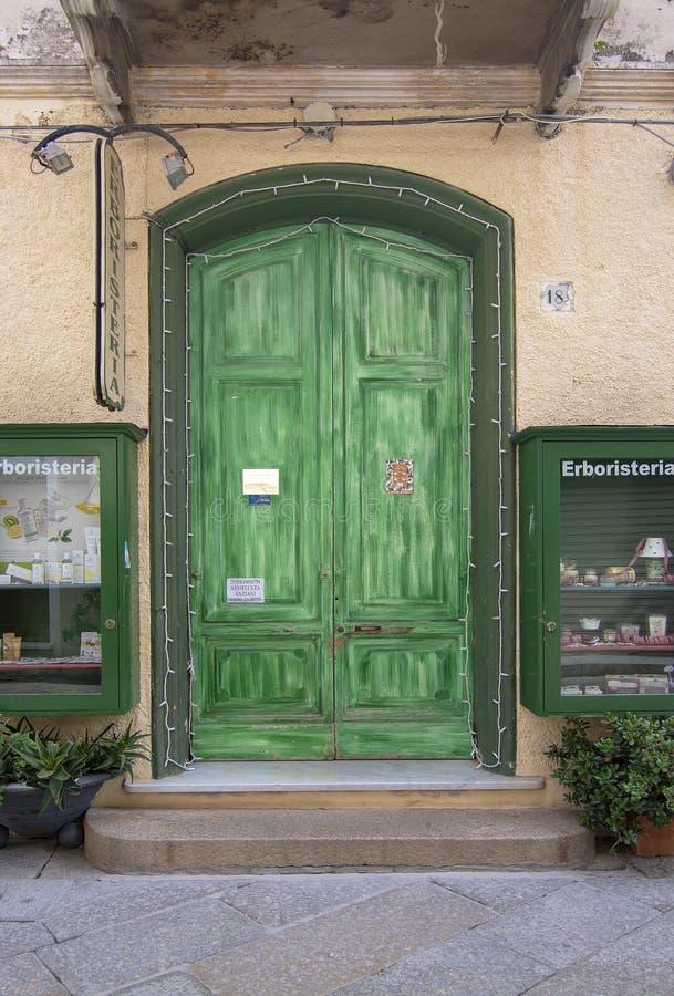 Grüne Tür - Straßenansichtdetails im La Maddalena Sardinia Italy stockfoto