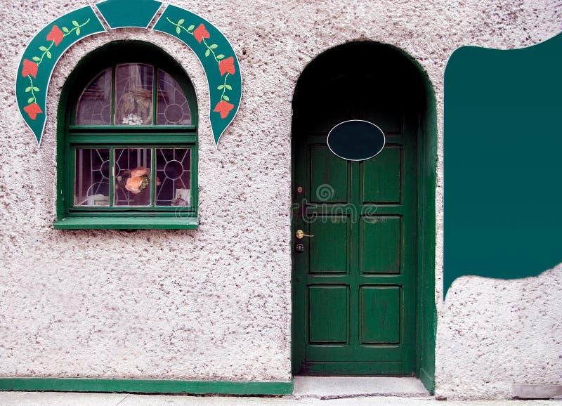 Grüne Tür und Fenster lizenzfreies stockfoto