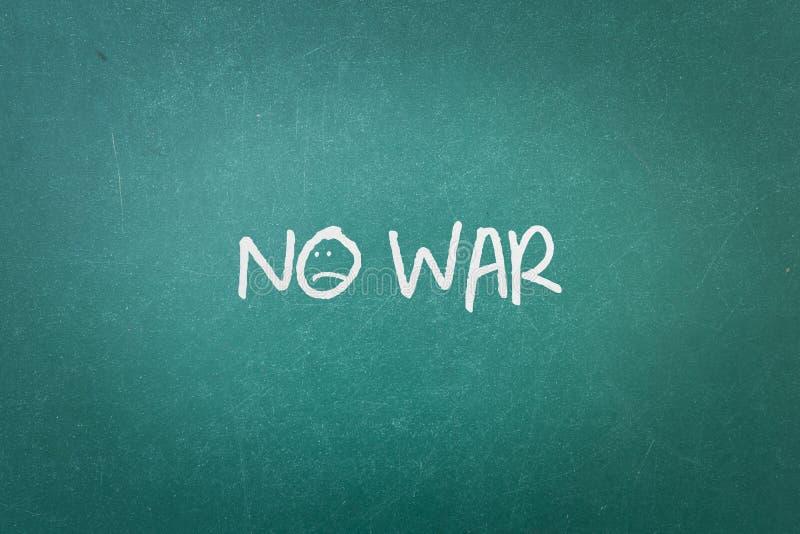 Grüne Tafelwandbeschaffenheit mit einem Wort kein Krieg lizenzfreie stockbilder