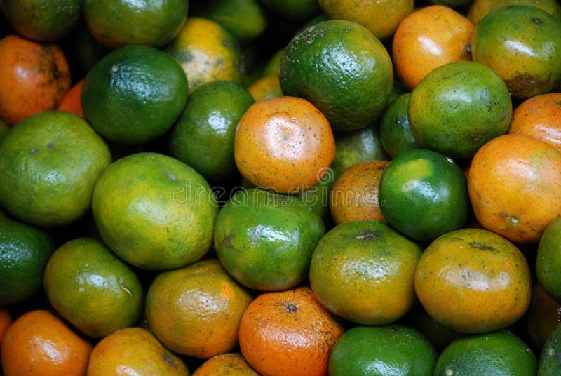 Grüne Tangerinen in einem mexikanischen Markt stockbilder