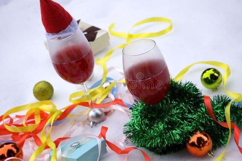 Grüne Tannenzweige mit Spielwaren sind im Korb auf dem Tisch für Weihnachtstanne und beleuchten Hintergrund Weihnachts- und des n lizenzfreies stockfoto