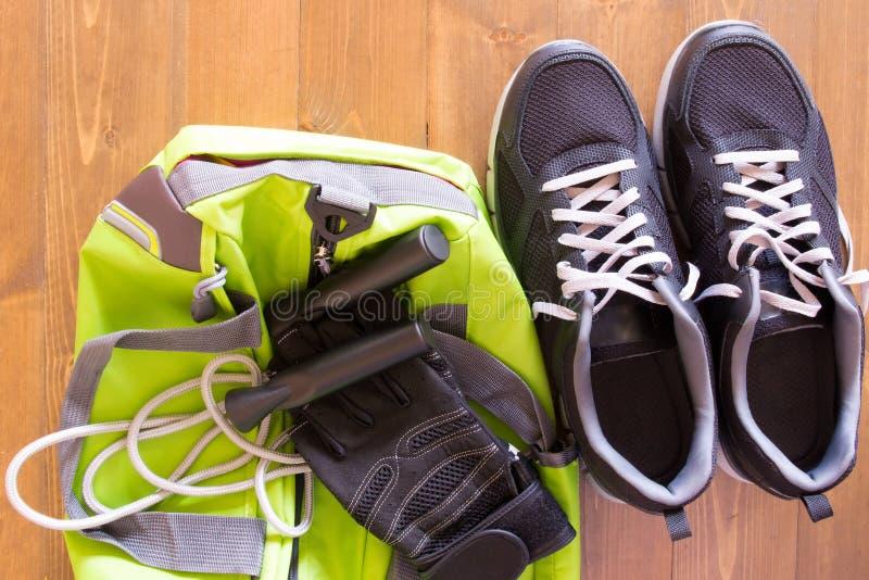Grüne Tasche für Sport- Sachen auf einem hölzernen Hintergrund lizenzfreies stockbild