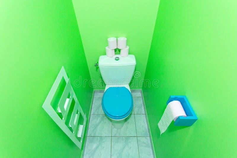Grüne Toilette lizenzfreie stockbilder