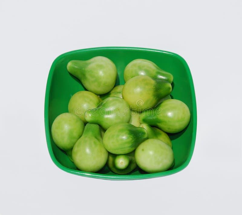 Grüne Tomaten in der grünen Schüssel lizenzfreies stockbild