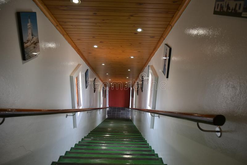 Grüne Treppe innerhalb des Leuchtturmgebäudes lizenzfreie stockbilder