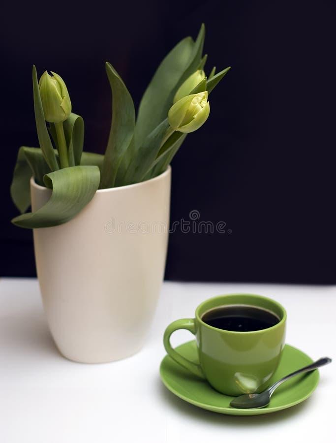 Grüne Tulpen und Kaffee stockbild