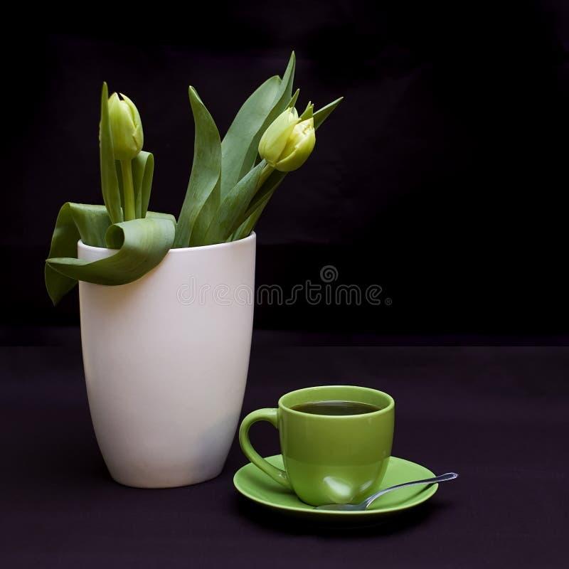 Grüne Tulpen und Kaffee lizenzfreie stockbilder